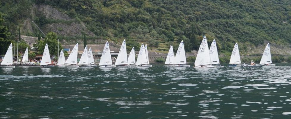 kl_Auslaufen vor Gardasee-Kulisse